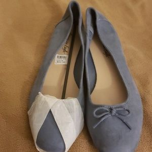 Ballerina flats with bows.